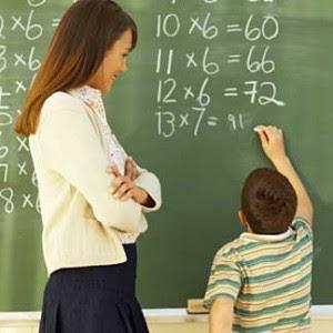 imagem de uma professora dando aula