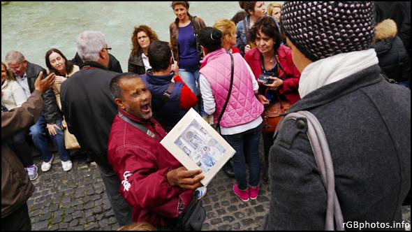 Fotografia di un fotografo ambulante che vende le sue foto a Fontana di Trevi