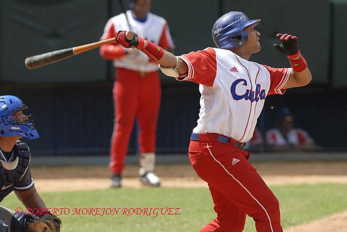 Frederich Cepeda jardinero del Cuba  durante un juego en el estadio Latinoamericano, en La Habana.