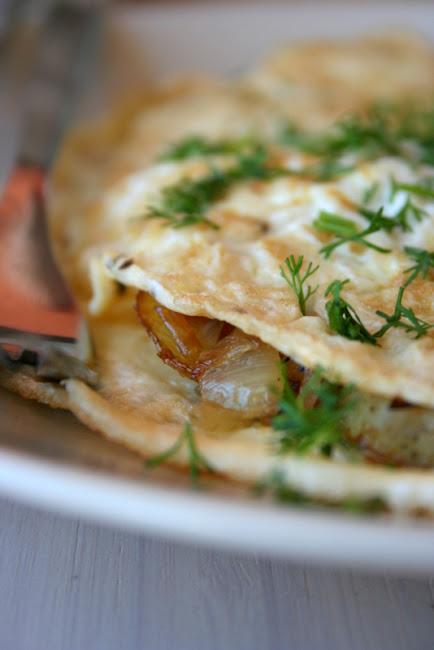 Omlet z młodymi ziemniakami i cebulką