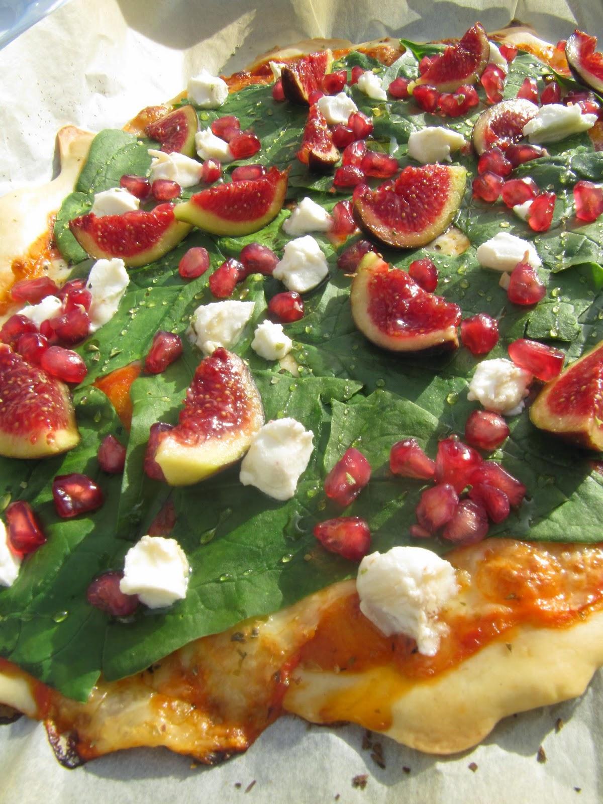 Pizza Espinacas frescas, queso de cabra , higos, miel, granada y uva