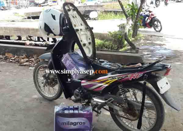Motor saya yang sudah saatnya di isi bensin pas kehabisan di jalan. Foto Asep Haryono