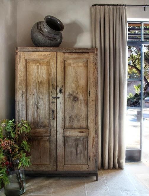 Madera y tonos ocres para una casa clásica