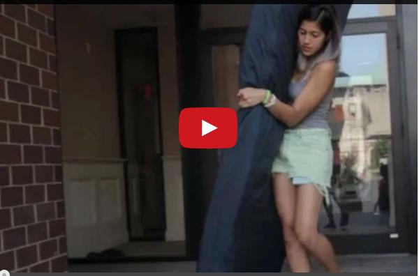 فيديو.. فتاة تحمل فراشها معها بعد تعرضها للاغتصاب في المساكن الجامعية