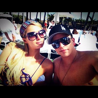 Gambar HOT Paris Hilton Peluk Boyfriend Dalam Kolam Renang Di Miami