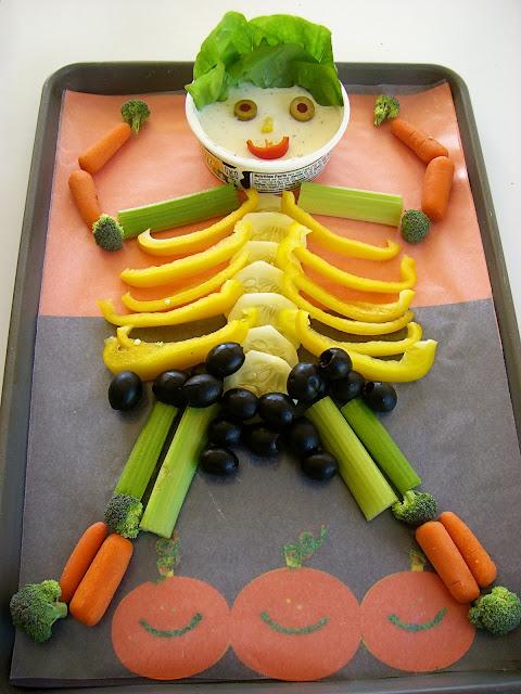 Nem og sund halloween snack, grønsager arrangeret som skelet