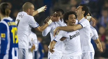 Marcelo celebrates his goal against Espanyol with all his teammates
