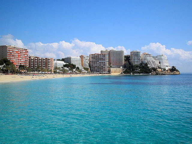 This sublime view of a beach in Megalluf is just one of many pristine stretches of sand awaiting in Mallorca. Photo: WikiMedia.org.