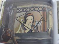 Blancanieves y los animalitos asomándose por la ventana