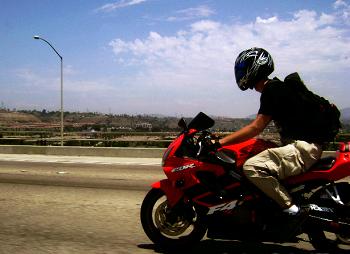Mơ thấy đi xe máy & gặp người bị điên?