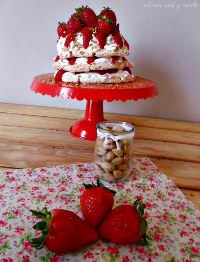pavlova con fresas y pistachos