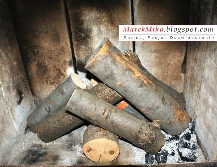 Układanie drewna w stos w kominku nie jest efektywne.
