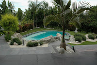 hermosa piscina en el jardín