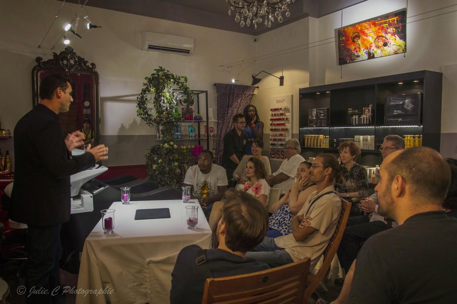 Batist, magicien mentaliste en plein action au Studio 54, lors de la soirée à thème du samedi 13 septembre 2014, devant une assistance nombreuses et conquise.