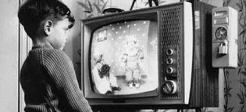 niño mirando television
