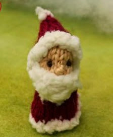 http://translate.google.es/translate?hl=es&sl=en&u=http://knitsbysachi.wordpress.com/2014/12/18/mini-santa-puppet/&prev=search