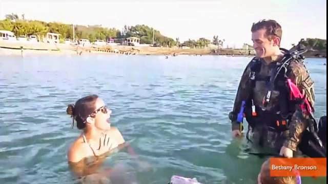 Un soldat fait la surprise de son retour à sa famille en arrivant sous l'eau