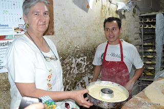 Teresa przekazuje ciasto piekarzowi.