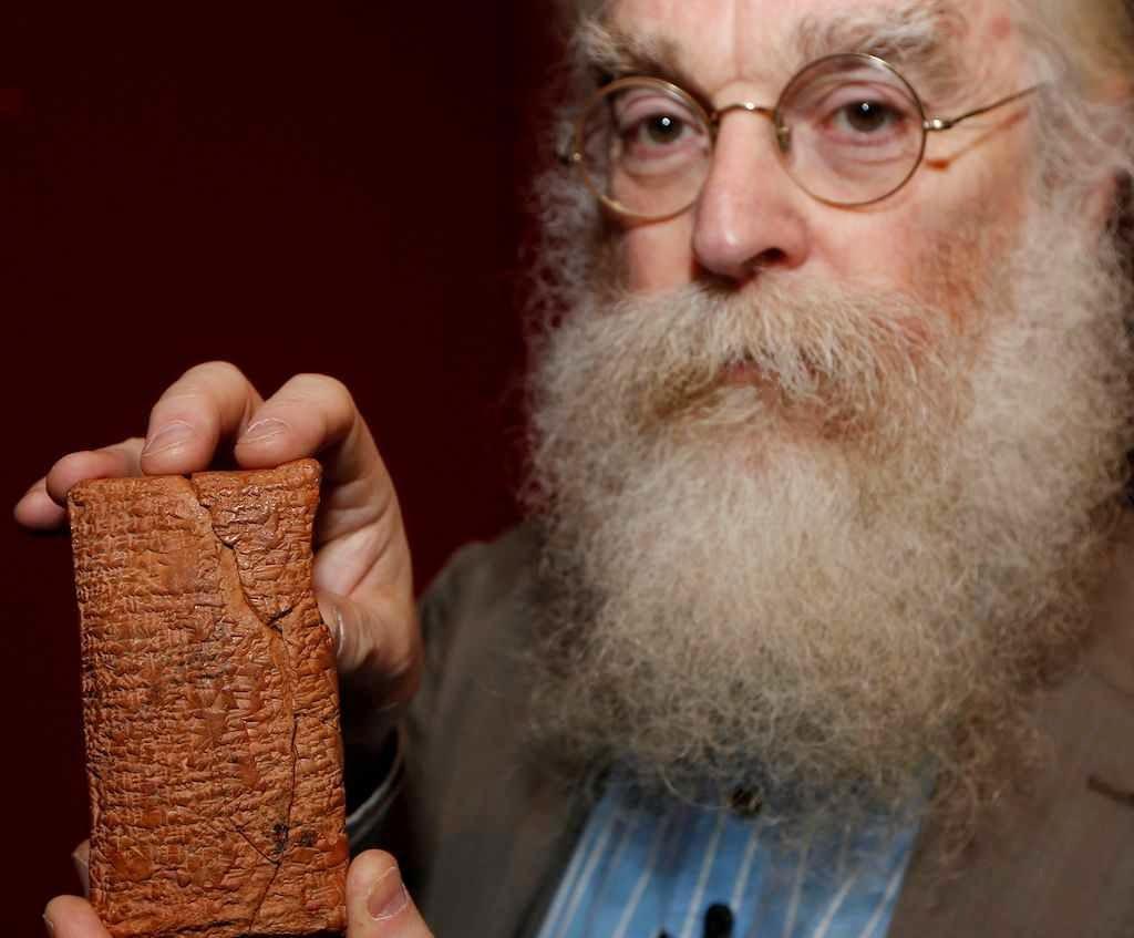 O Dr. Irving Finkel com a tabuleta de 4.000 anos que conta a história da Arca.