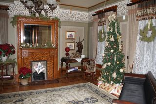 photo of old fashioned Christmas decorations at the Dayton House, Worthington
