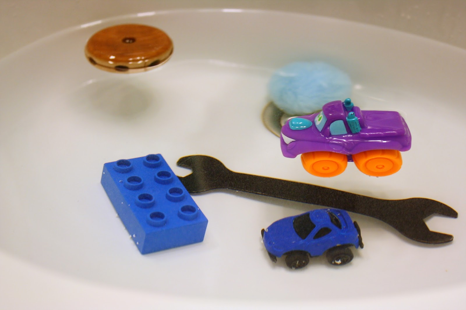 Toddler Science activities: water play sink or float with toys