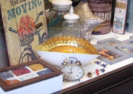 Cuencos, tarros de cristal, reloj retro y caja madera con pañuelos.