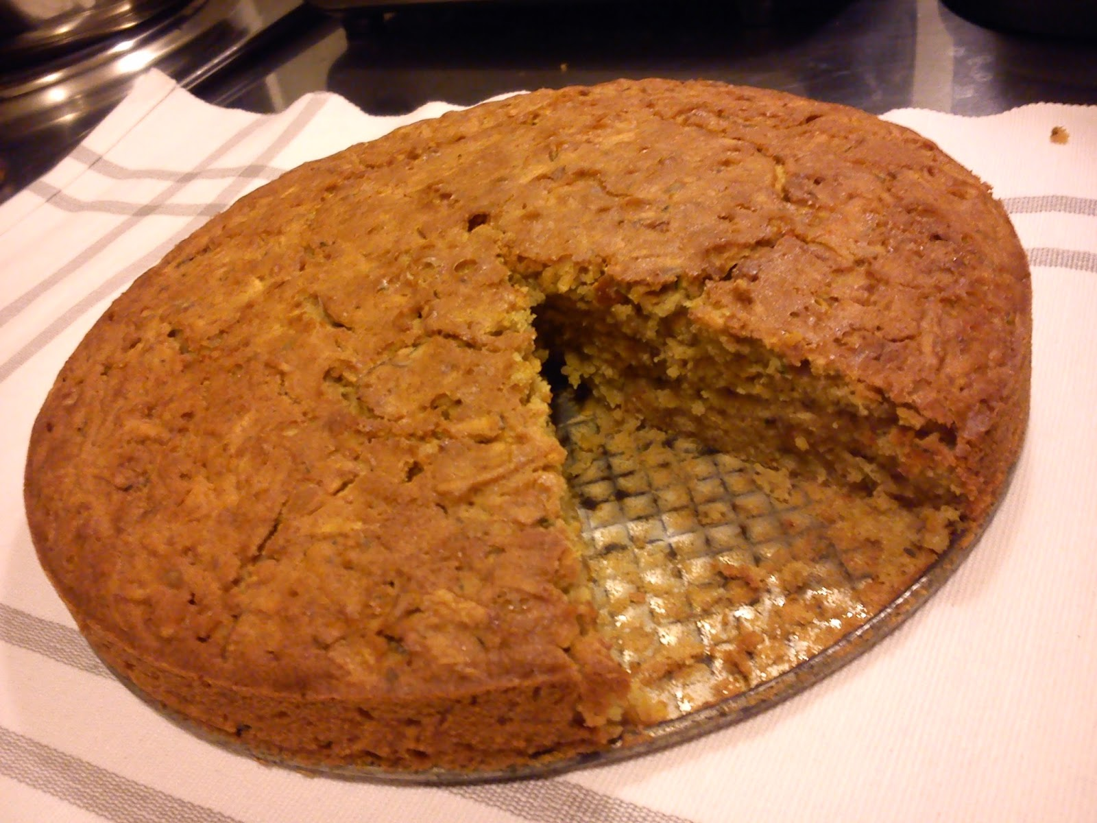 Reseptin mukaan leivottu bataattikakku maistuu lämpimänä!
