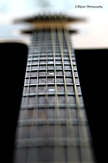 IMAGE: http://3.bp.blogspot.com/-ToWj9bWsSgE/UP4UjufJeLI/AAAAAAAACiI/KpAKHohh_RU/s640/Guitar+with+sig.jpg