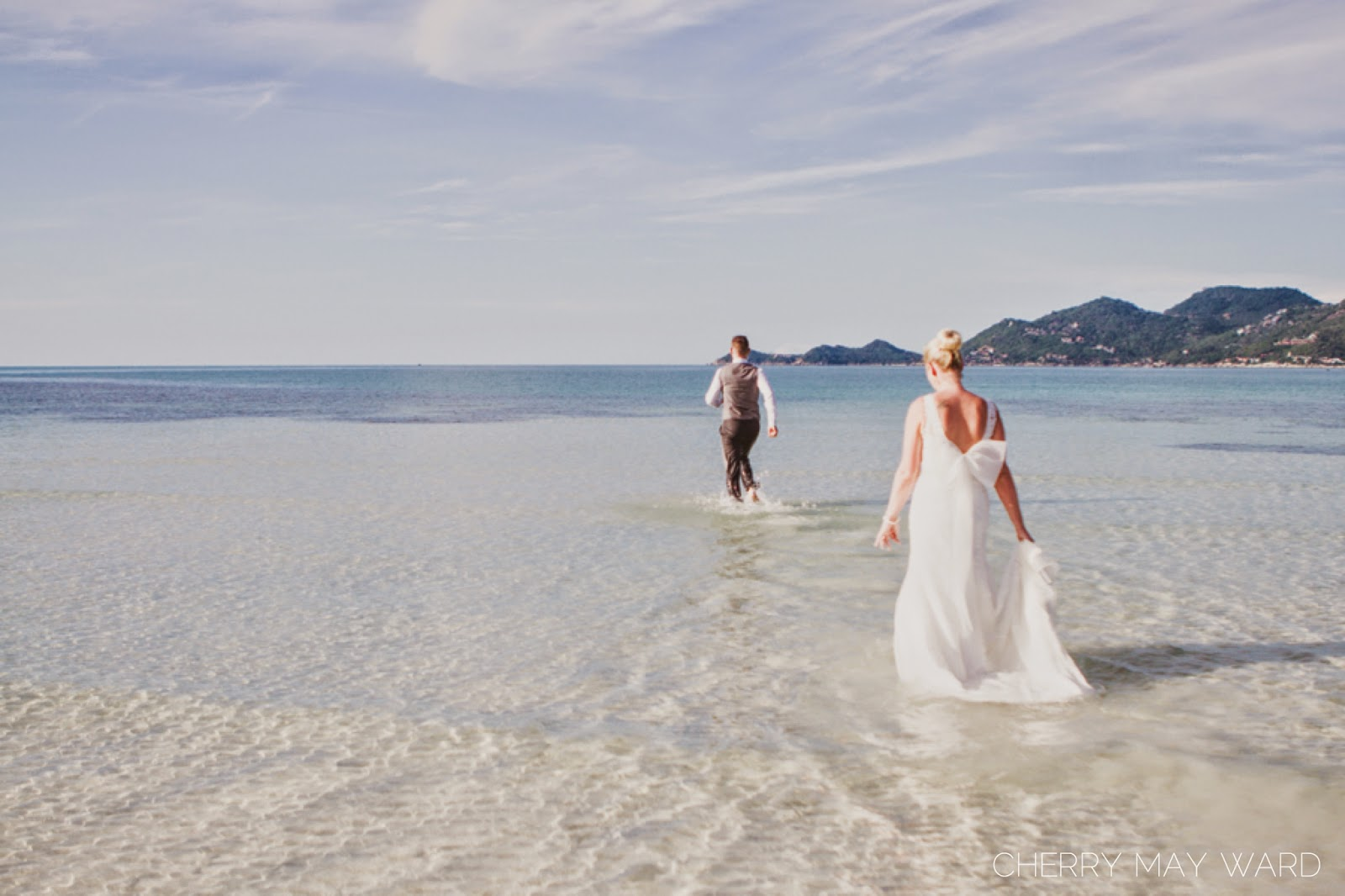 bride and groom trash the dress on Samui island, Thailand trash the dress, groom running out to sea, excited groom, groom excited to trash the dress, on Koh Samui