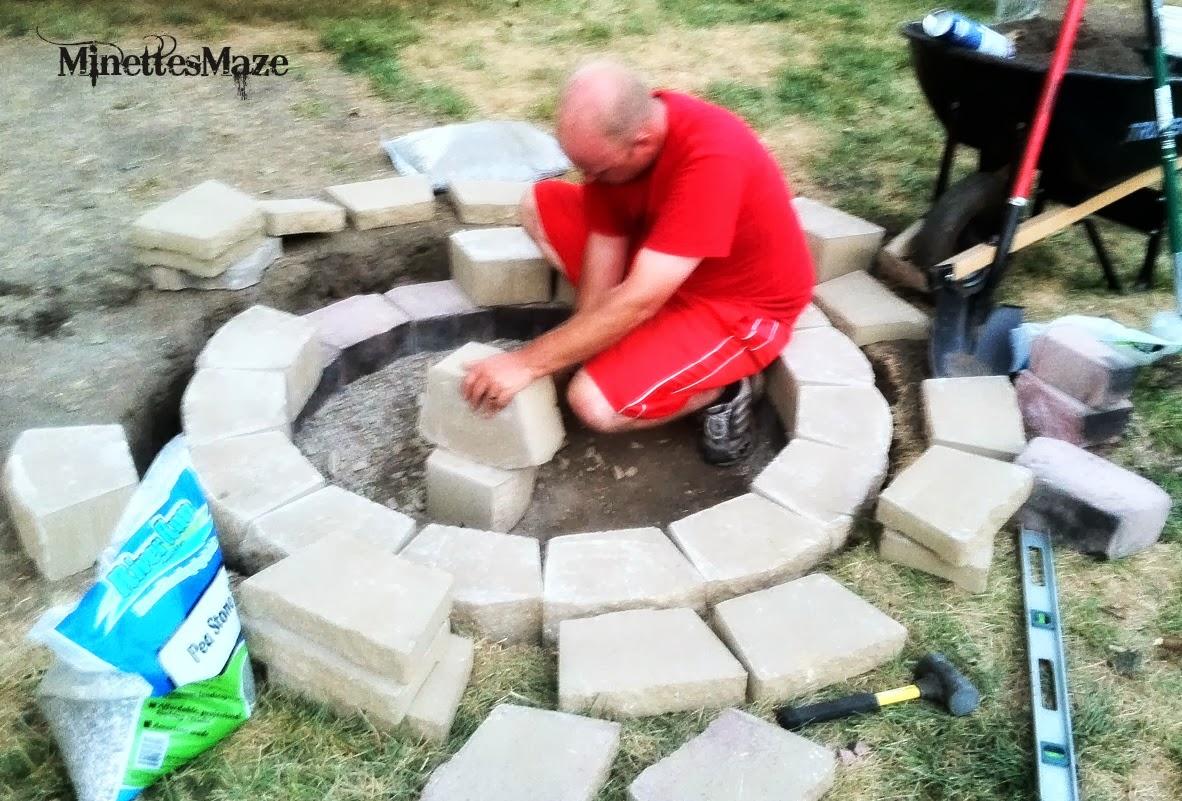 Minettesmaze diy pallet deck for Pallet fire pit