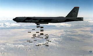الطائرة قاذفة القنابل  B-52A  اثناء قذف القنابل