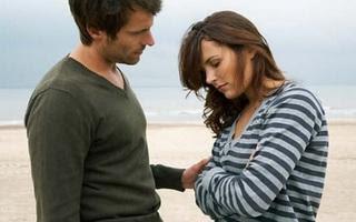 عشر خطوات لاستعادة حياتك بعد الطلاق - رجل يواسى امرأة حزينة - man comforting sad woman