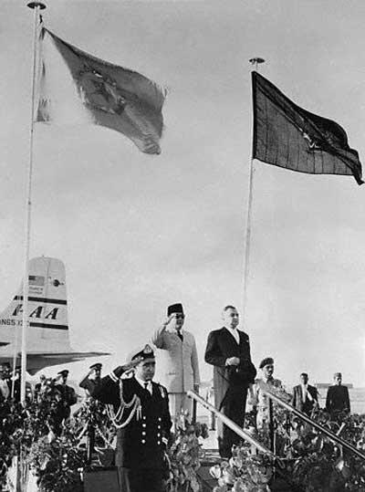 Presiden Soekarno sedang bercakap-cakap dengan Presiden Kuba