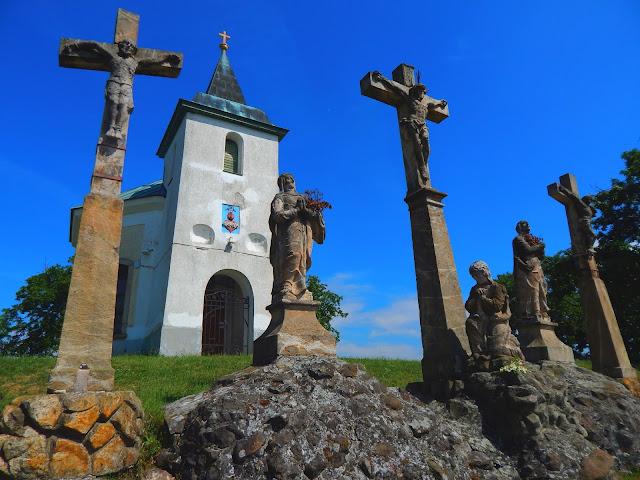 A Kálvária-domb Márianosztrán a kápolnával és a barokk szoborcsoporttal