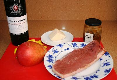 magret de pato a la plancha con peras, salsa de oporto y mango