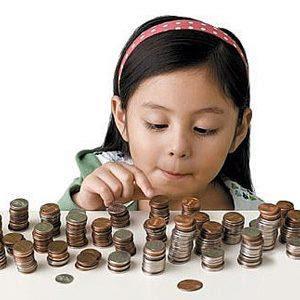 garotinha contando moedas