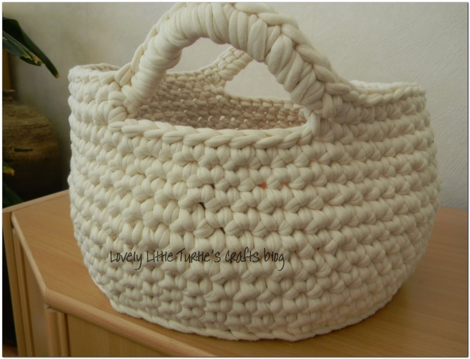 Crocheted basket from tricot yarn