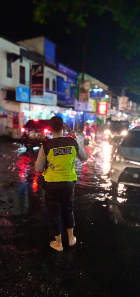 Demi Tugas, Sekali Pun Hujan Personil Polsek Medan Baru Tetap Semangat Atur Lalin