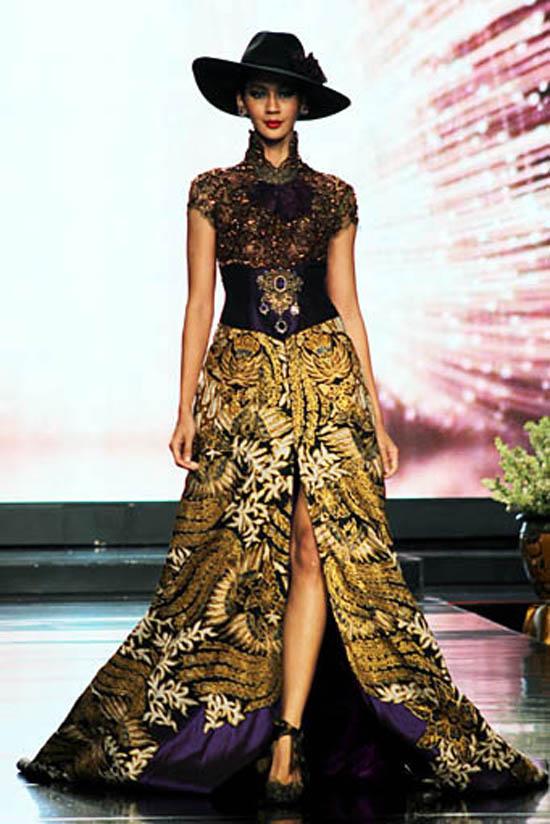 Contoh dibawah menunjukkan gaun batik anne avantie dengan bagian dada