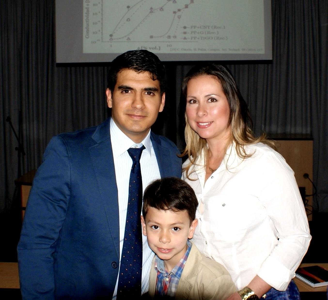 El Dr. Cristhian Andrés Garzón, junto a su señora e hijo