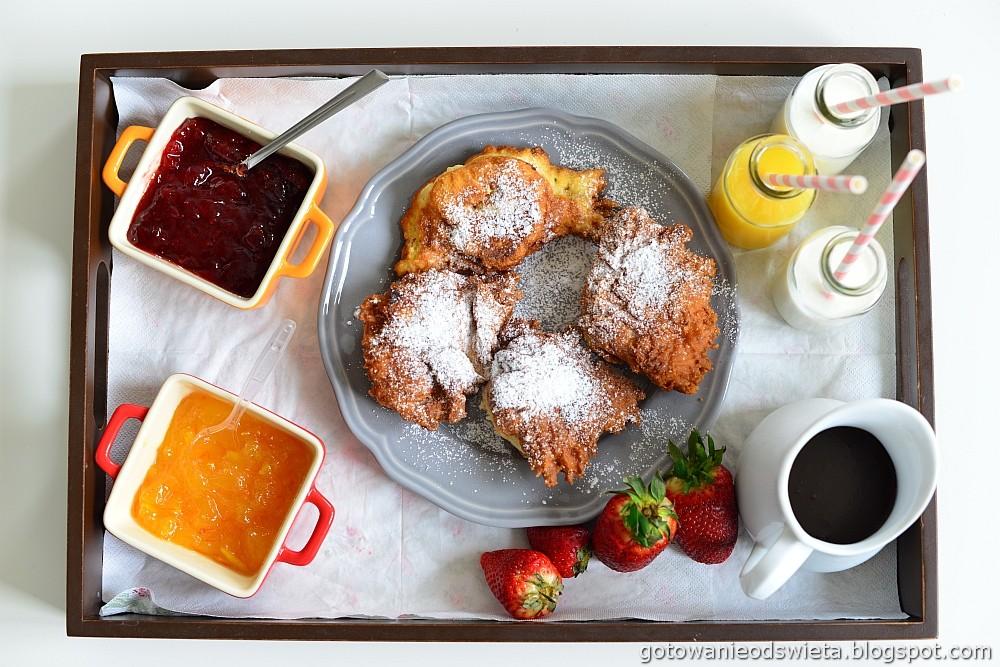 Racuchy drożdżowe podane na śniadanie
