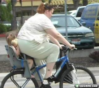 Gordinha de bicicleta esmaga criança pendura