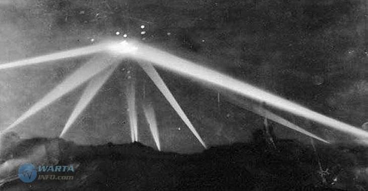 Foto gambar jadul penampakan pesawat UFO di pertempuran Los Angeles 1942