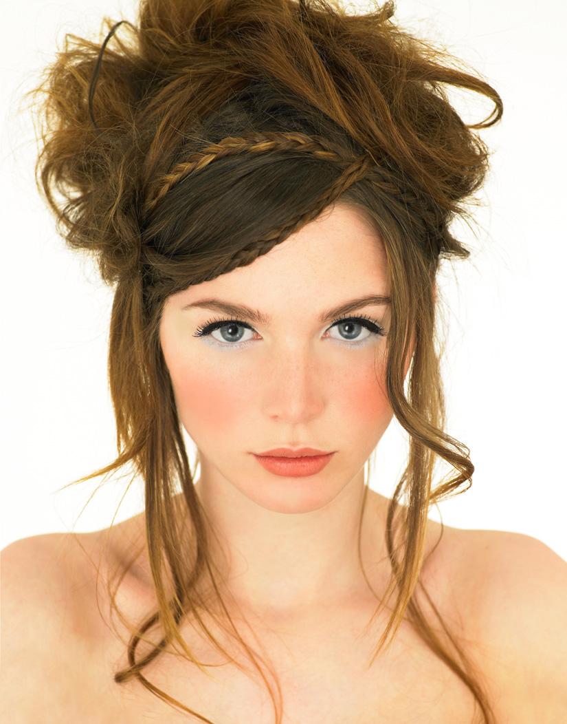 Прическа на выпускной с челкой на длинные волосы
