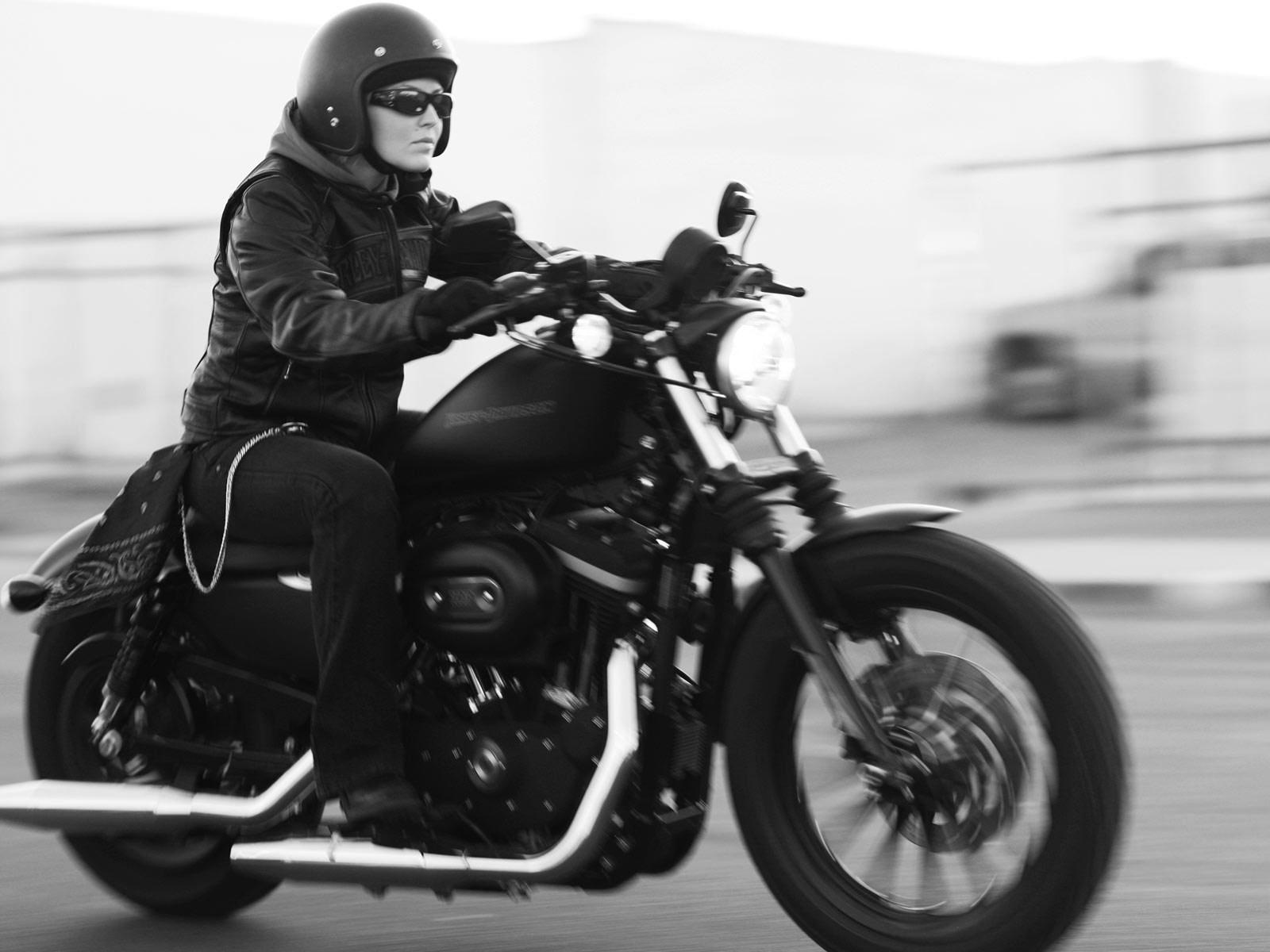 http://3.bp.blogspot.com/-Tsyqispay1w/Tp5OdpHa16I/AAAAAAAAGX0/4CLDU7RE6bg/s1600/Harley-Davidson-pictures_2010_Sportster-XL883N-Iron-883_1.jpg