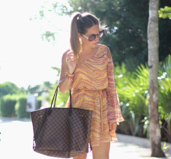 Blog de moda México. Foto de Mónica Sors con vestido asimétrico, gafas redondas y cola de caballo.