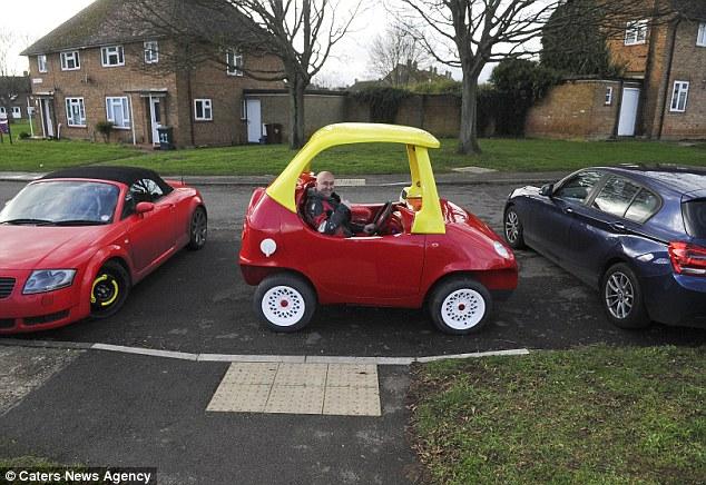 versión para adultos de clásico coche de juguete Cozy Coupe