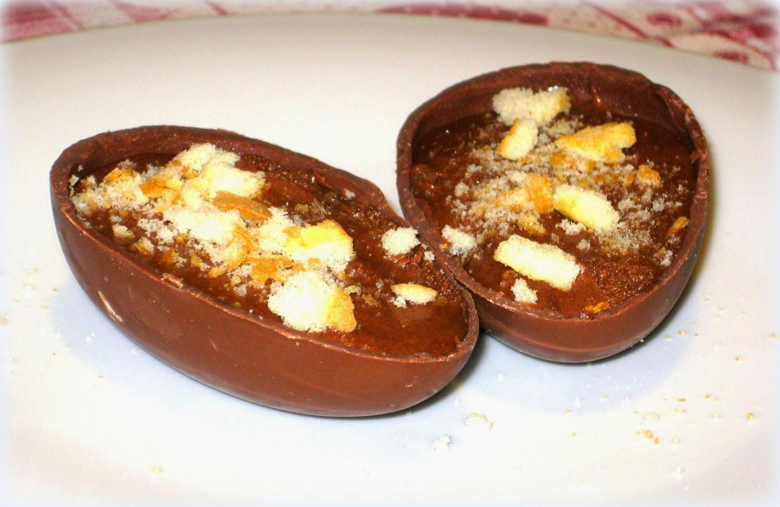 La ricetta degli Ovetti di Pasqua ripieni di Mousse al Cioccolato, morbida e deliziosa, è perfetta per riciclare le uova di Pasqua.