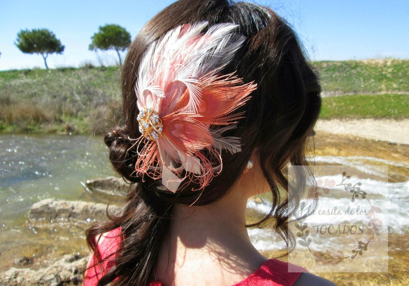 Tocado Platea color salmón y crudo combinado con vestido en coral.