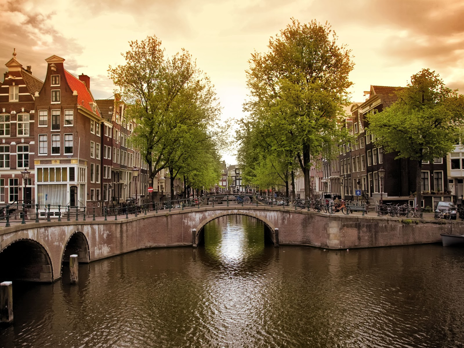Henri luxury lifestyle 400 years amsterdam canals for Design bridge amsterdam